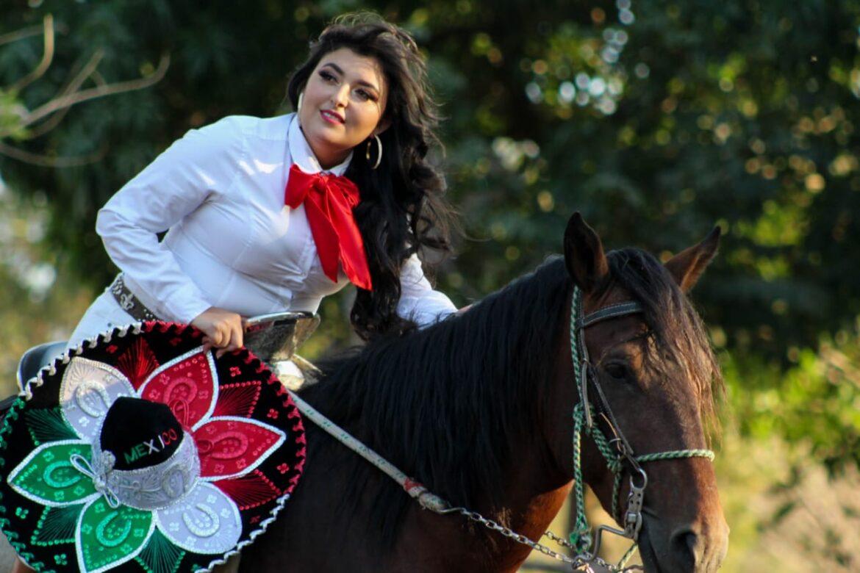"""Esmeralda Alas, """"La Chalateca""""dividida entre el canto y el periodismo."""