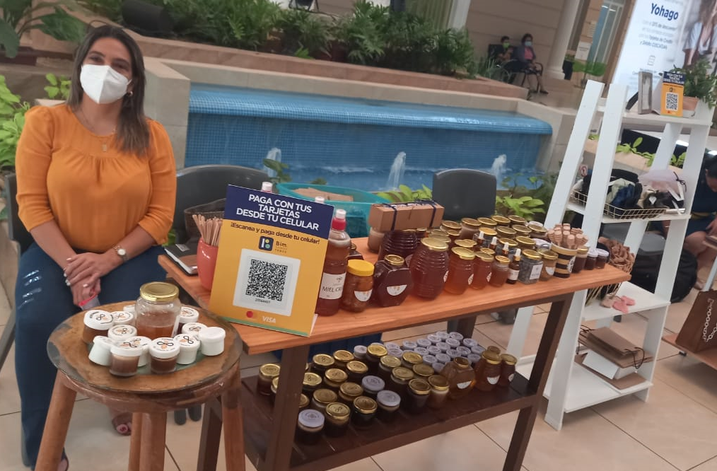 Josefina Ruiz, enfocada en la apicultura con Ecotahari