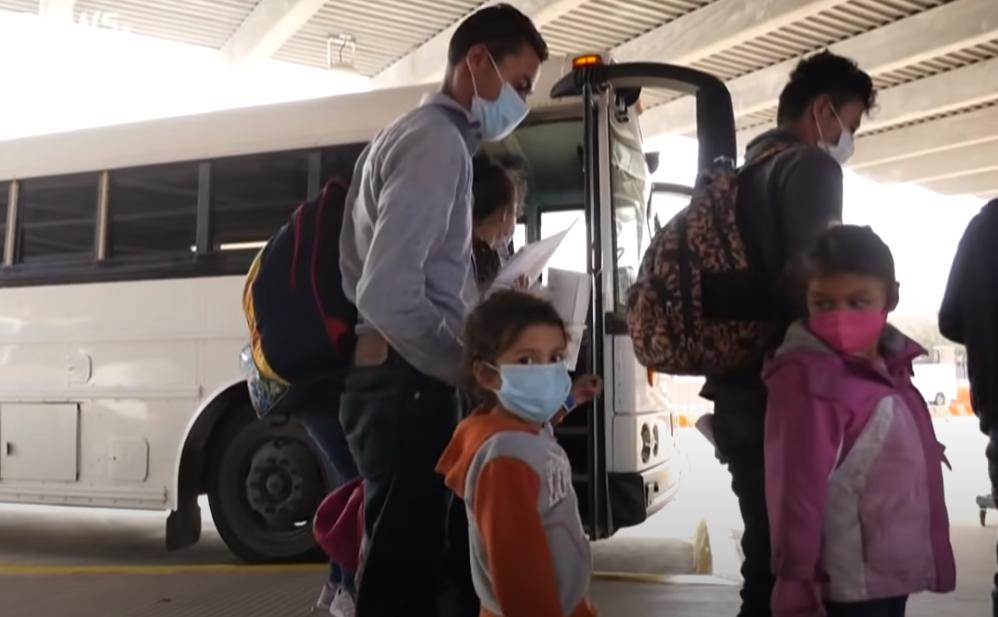 Muchos padres deciden dejar sólos a los niños en la frontera entre México y EE.UU.