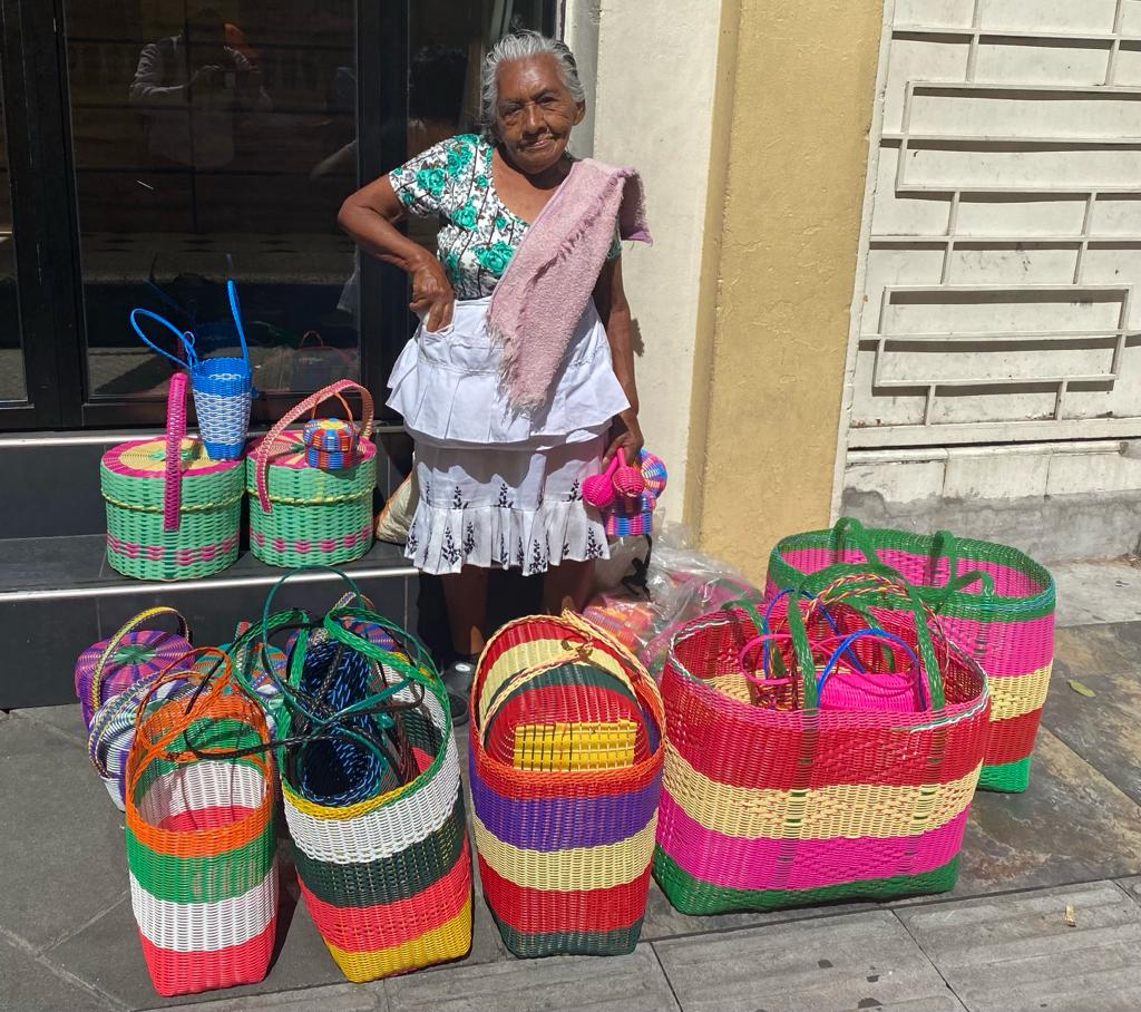 """Ana María, """"La Abuelita"""" que vive de la venta de canastos artesanales"""