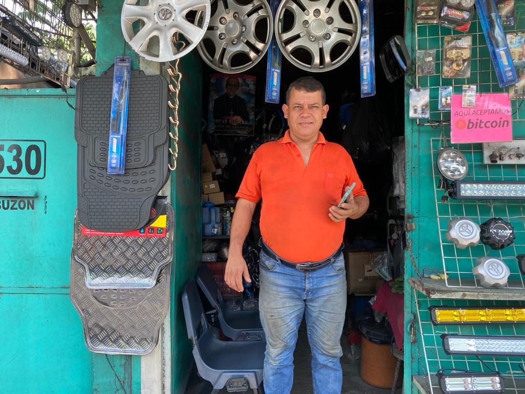 Antonio Boss, el cantante que vende accesorios para vehículos y motocicletas