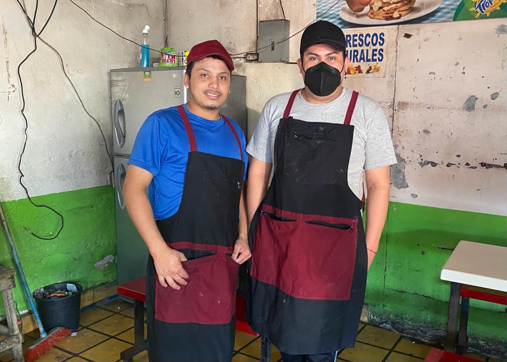 Henry y Jonathan los jóvenes que rompen estereotipos con la elaboración de pupusas